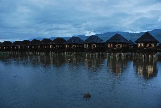 Myanmar Treasure Inle Lake: Hotel rooms/chalets at sunset