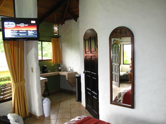 Arenal Volcano Inn: inside room with plasma tv!