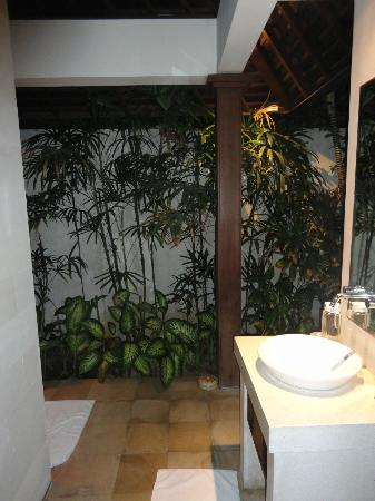 Villa Bali Asri: Villa 6 - The bathroom