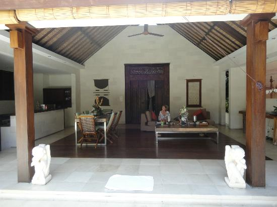 Villa Bali Asri: Villa 6 - Looking in from the pool