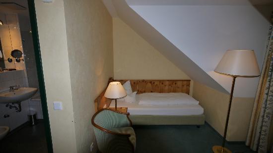 Freisinger Hof Hotel : bed in single room