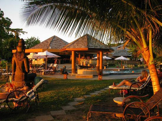 Castello Beach Hotel: il bar e la piscina visti dalla spiaggia