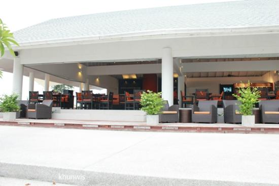 Novotel Hua Hin Cha Am Beach Resort and Spa: Restaurant next to the beach.