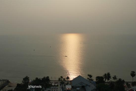 Novotel Hua Hin Cha Am Beach Resort and Spa: Sun rise.