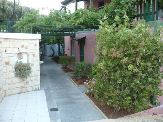 Bellos Hotel Apartments : Allée de l'hotel