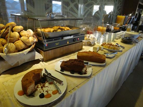 Arty Grand Hotel: Selection of food at breakfast buffet