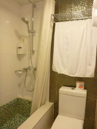 Silka Seaview Hotel: bath & shower