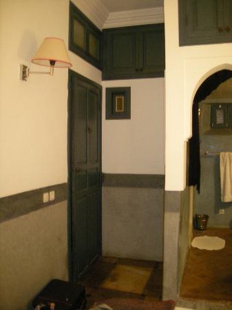 Dar Kamar: entrée de la chambre et passage vers la salle de bain