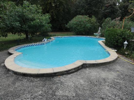 Château de la prade: Pool im Park