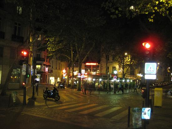 Hotel Villa d'Estrees: Street Scene at Le Pub Saint Germain