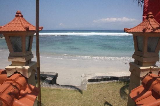 Nusa Indah Bungalows & Villa: Blick zum Strandausgang