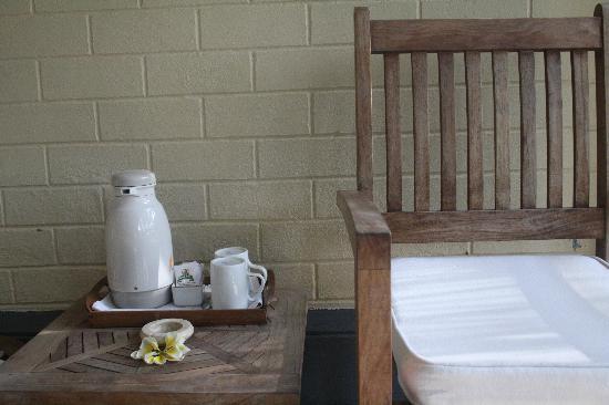 Nusa Indah Bungalows & Villa: Hmm...Tee schon vorm Frühstück auf der Veranda