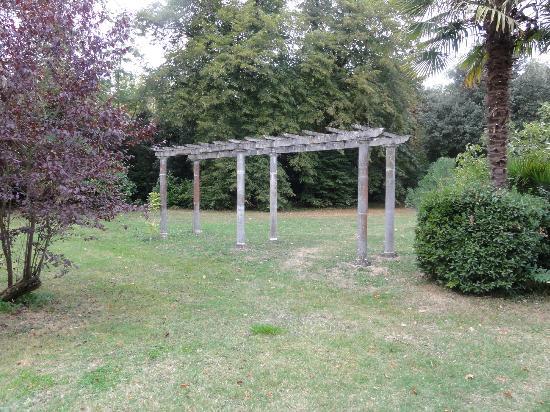 Chateau de la prade: prächtiger Park mit alten Bäumen