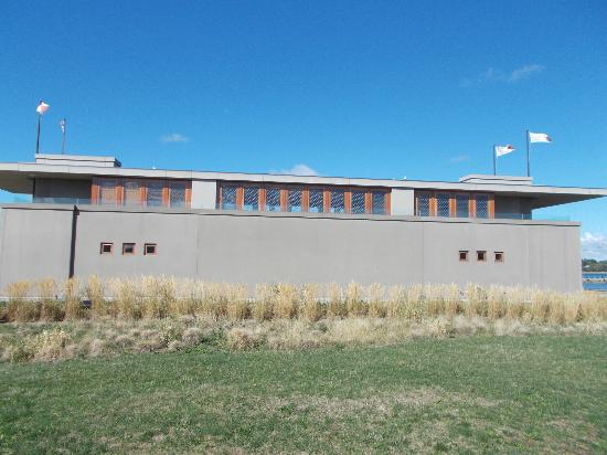 Frank Lloyd Wright's Fontana Boathouse : Side View
