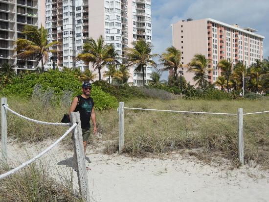 Lorraine Hotel: Entrada para a praia pertinho do hotel.