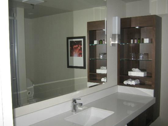 Delta Hotels by Marriott Montreal: bathroom