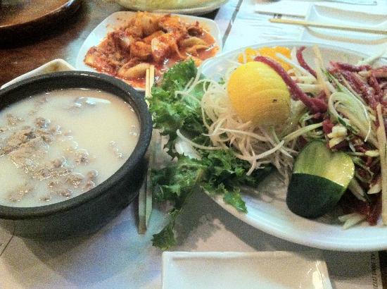 Gam Mee Ok : Oxbone soup and raw beef
