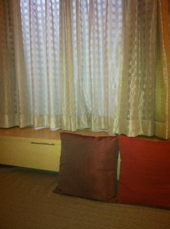 Petit Hotel Kyoto: ツインをシングルユースだったのでひとつのベッドがソファになっています