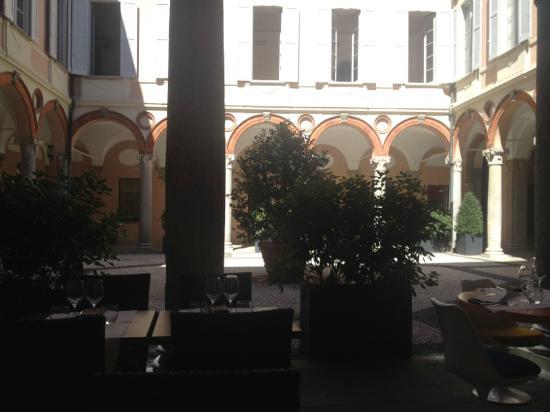 Ristorante L'Assassino : Lo splendido cortile di Palazzo Recalcati, unica nota positiva del ristorante