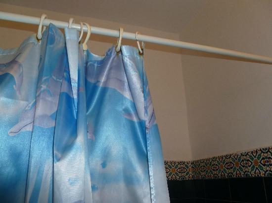 Les Maisons de la Mer: rusty shower curtain rings