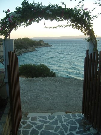 Hotel Ziakis: Lovely beach front restaurant (Kavos)10mins walk from hotel