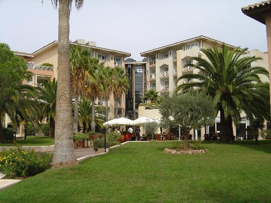 Mercure Thalassa Port Frejus: vue côté jardin et restaurant extérieur