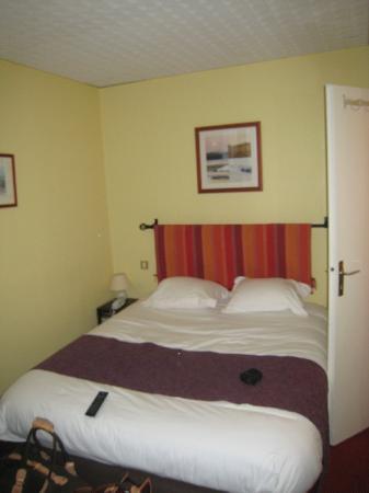Hotel Elizabeth: La chambre propre en apparence mais de la poussière par ci par là