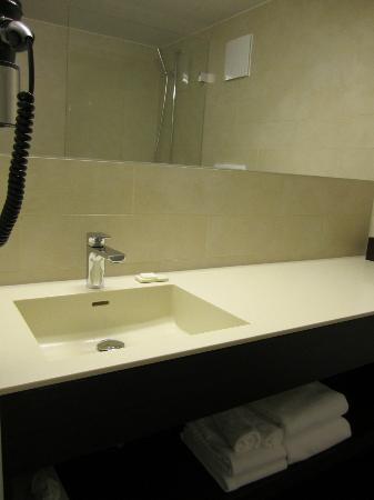 Hotel Helmhaus: Modern/Clean Bathroom
