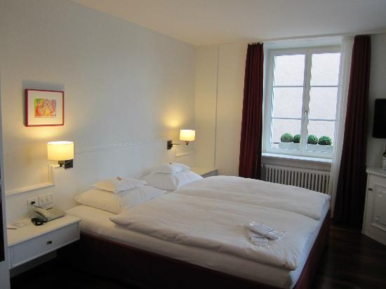 Hotel Helmhaus: Very Comfortable Bed