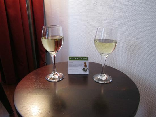 Hotel Helmhaus : Local Wine at Check-in