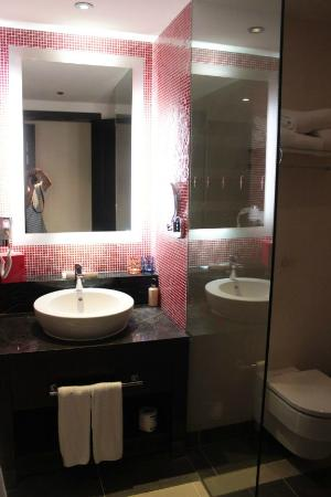 Resorts World Sentosa - Festive Hotel: small bathroom