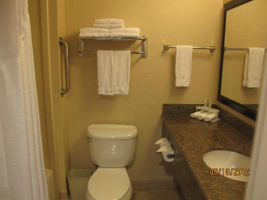 Holiday Inn Express San Francisco Airport-North: BATHROOM OFF LIVING ROOM
