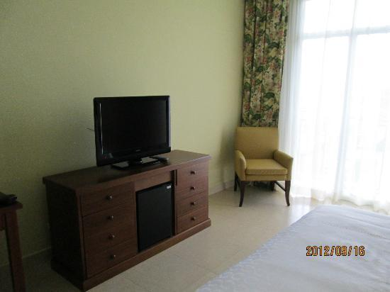 Sheraton Bijao Beach Resort: tv and chair in the room