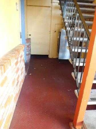 La Luna Inn: Garbage on the floor