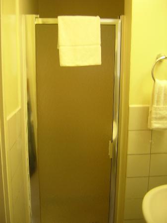 لالونا إن إيه سي - تو هوتل: Shower