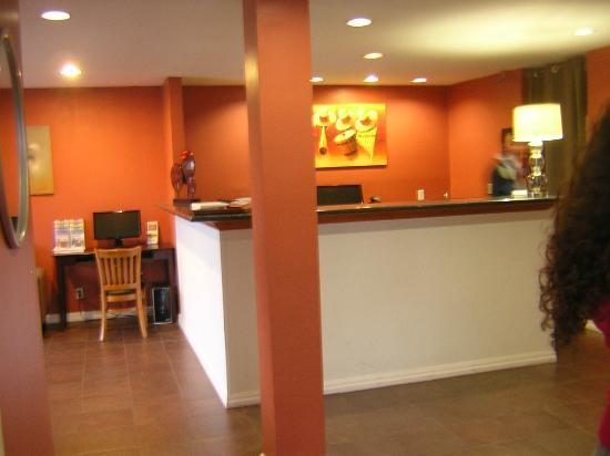 La Luna Inn: Front desk