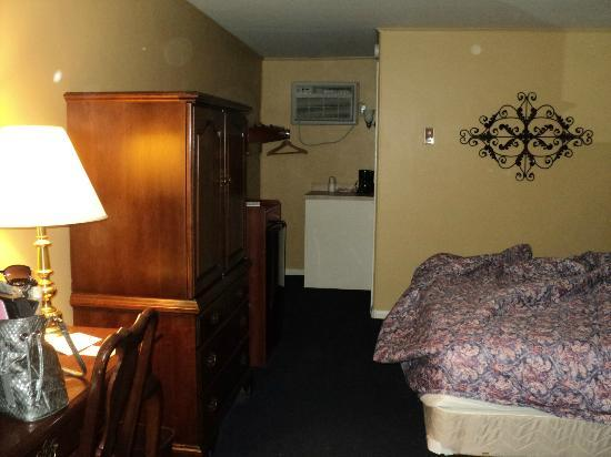 Carriage House Motor Inn : View from the front door of King Room 165