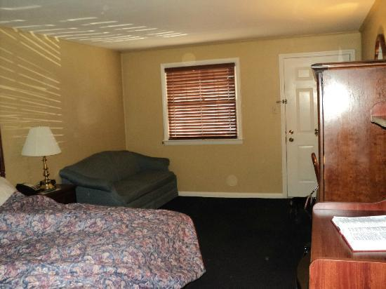 Carriage House Motor Inn: View of King Room 165 from the bathroom