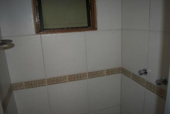 Santuario Hotel: Shower with hot water
