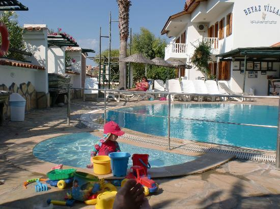 Beyaz Villas: Toddler playing in the paddling pool