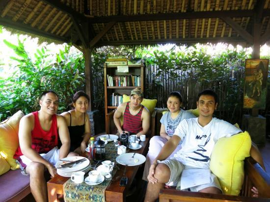 Gili Hideaway: the comfy couch adds up to the delicious breakfast