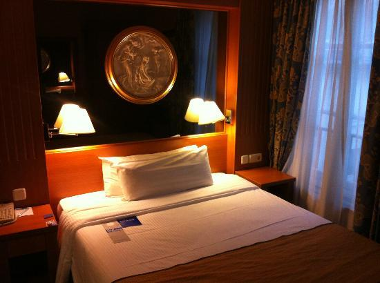 TRYP Paris Opera Hotel: room with large mirror behind bed