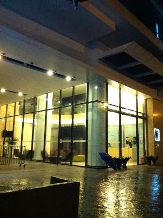Vic3 Bangkok: 酒店外