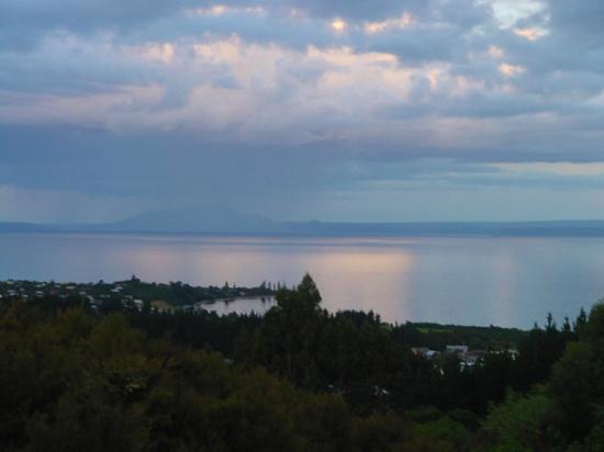 Omori Lake House: Sunset at the lake