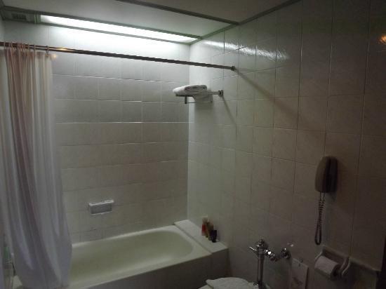 Metropole Hotel Phuket: Bathroom