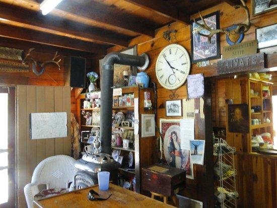 Kings Canyon Lodge: Lots to look at main office