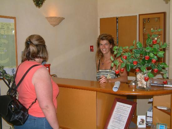 Hotel Continental : L'accueil de l'hôtel & du restaurant.