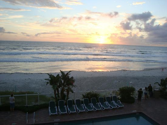 Days Inn Daytona Oceanfront : AM view from room