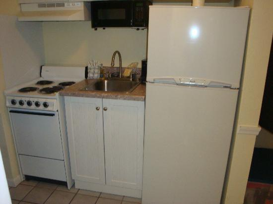 Days Inn Daytona Oceanfront: Kitchen area in room