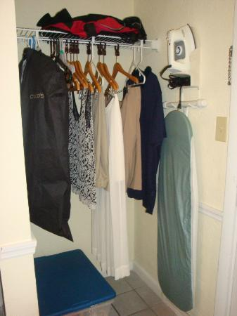 Days Inn Daytona Oceanfront: closet with iron and board